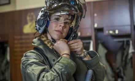 Mujer piloto de helicópteros se convierte en la primera femenina del cuerpo de marines de los EEUU en pilotar el avión F-35 Lightning II.