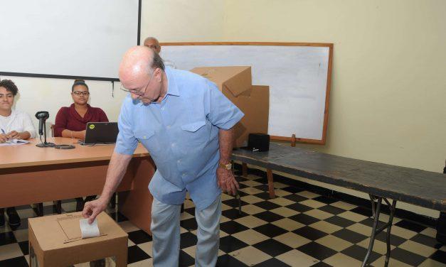 Hipólito Mejía fue el primero en ejercer el voto simulado en su recinto
