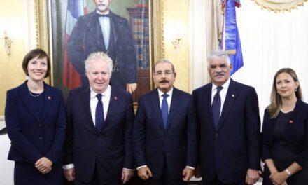Presidente Danilo Medina recibe visita de cortesía de Jean Charest, enviado especial del primer ministro de Canadá