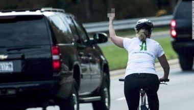 La ciclista que hizo una señal obscena a la caravana de Trump gana un cargo público en Virginia