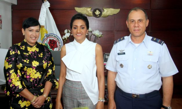 Primera Dama de la República Dominicana realiza entrega de juguetes en Base Aérea San Isidro. Comandante General y Presidenta del CEOFARD le acompañan.