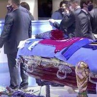 Despiden a tres empleados de la funeraria responsable de los servicios a Maradona por tomarse fotografías junto al cadáver