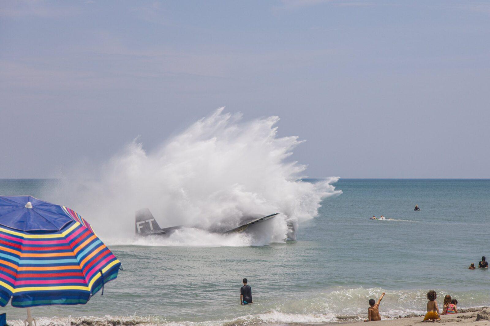Impresionante aterrizaje de un avión de la Segunda Guerra Mundial en una playa llena de turistas