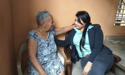 Valentina Cruz, Vicealcaldesa SDO entrega raciones alimenticias en Las Palmas y Palave
