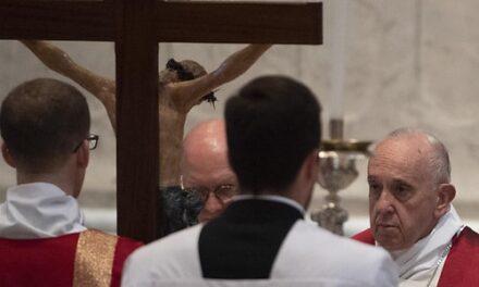 El papa Francisco defiende a los homosexuales y a los migrantes, fustiga a quienes los rechazan